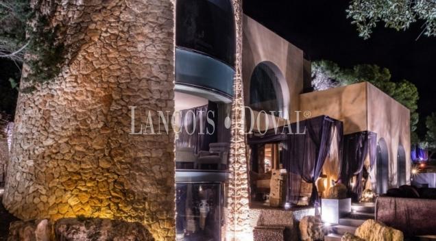 Ibiza. Singular villa de lujo en venta. Espectaculares vistas al mar. Exclusividad y arte.