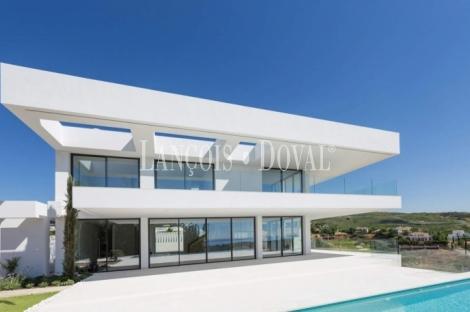 Marbella. Villa de lujo en venta a pie del Campo de Golf. Propiedades en la Costa Del Sol.