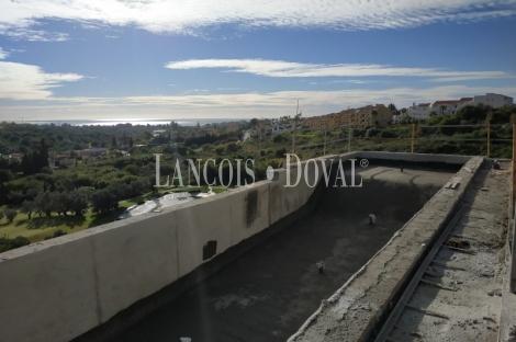 Marbella. Villa en venta diseño moderno a pie golf. Urbanización privada.