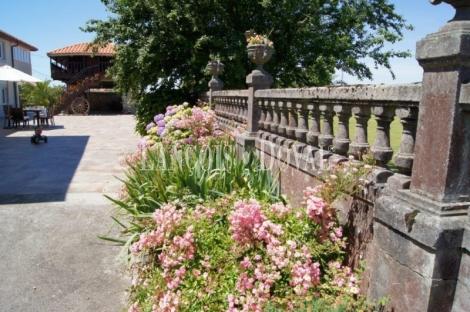 Asturias. Venta antigua casona y panera. Villar. Muros del Nalón